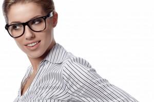 Mujer en camisa blanca a rayas con lentes