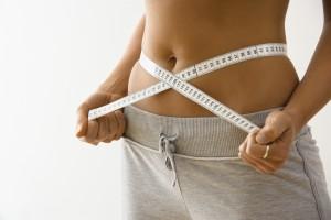 una mujer midiendo su cintura