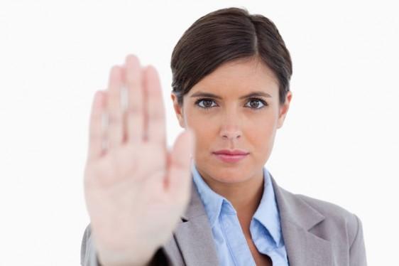 Mujer levantando la mano enseñal de alto