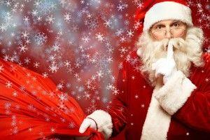 Santa Claus con árbol de navidad de fondo