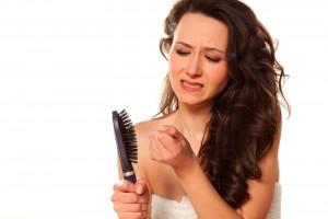 Trastornos hormonales, medicamentos, enfermedades, dietas estrictas, el parto y la lactancia, pueden ser la causa de la pérdida de cabello.