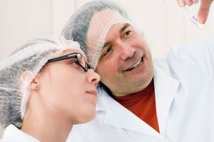 Dos técnicos obserbando plaqueta de ADN