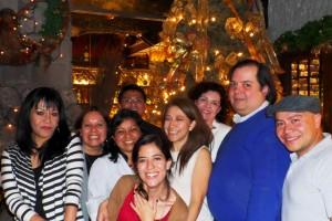 Grupo de personas de plenilunia con arbol de navidad al fondo