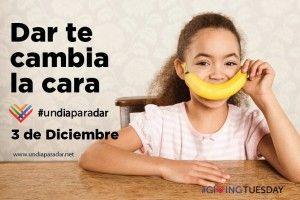 Niña con plátano en la boca simulando sonrisa