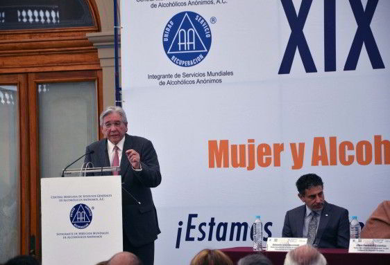 Dr. Fernando Cano Valle, Comisionado Nacional contra las Adicciones en podium
