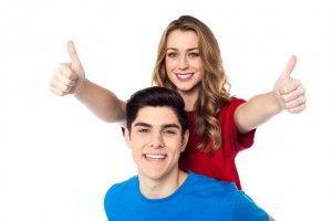 Hoimbre con camisa azul y mujer con camisa roja mujer con pulgares arriba