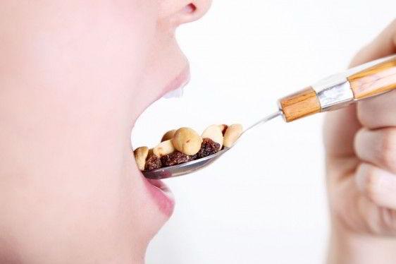 Persona con boca abierta y comiendo cacachuate