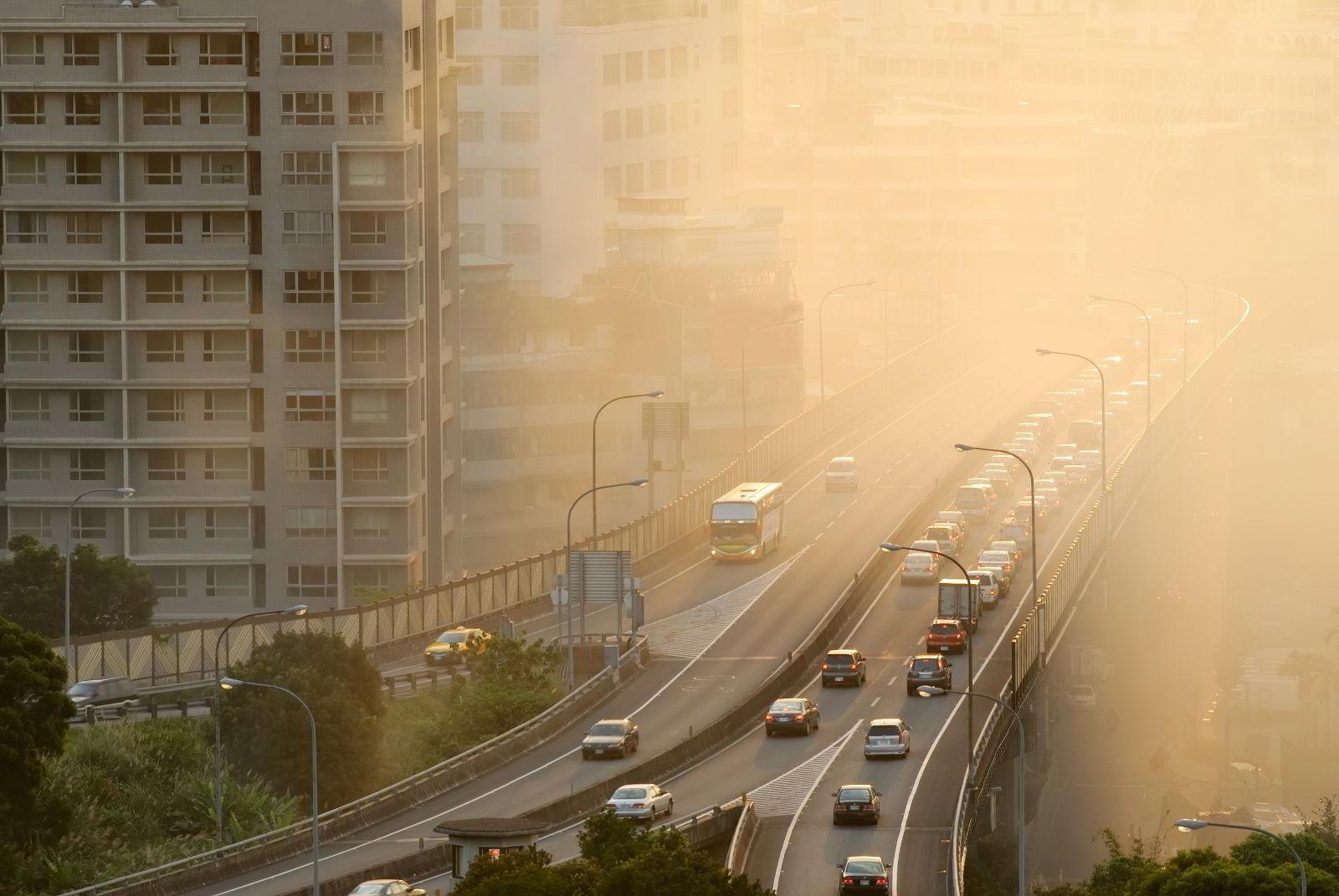 Avernida en una ciudad con coches y humo
