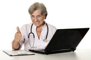 Doctora en edad madura con pulgar hacia arriba