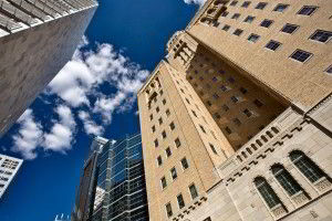 Mirada desde abajo hacia ek cielo con edificios de color cafés