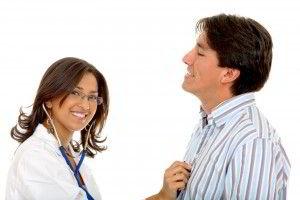 Doctora con estetoscopio apoyandolo en un paciente