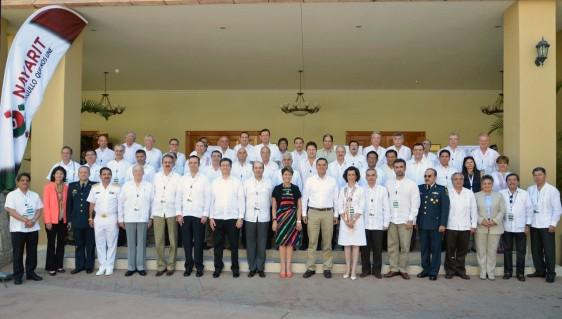 Grupo de personas, de pie, funcionarios públicos del sector salud