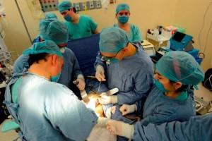 Equipo de cirujanos trabajando en una operación
