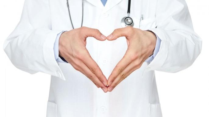 médico haciendo con las manos un corazón