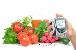 Mano de una persona con glucomentro atraz verduras y frutas en fondo blanco