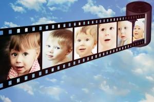 Cinta con cuadros de expresiones de bebés en un fondo de cielo con nubes