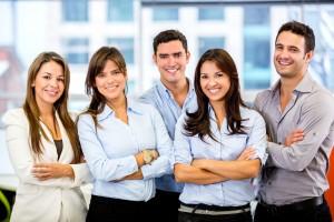 Mujeres y hombres en una oficina expresando estar contentos