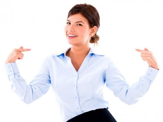Mujer sonriendo y mostrando sus dientes señalandose a si misma