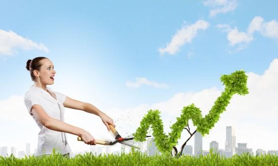 Mujer vestida de blancop en un jardin cortando un arbusto fondo de cielo azul