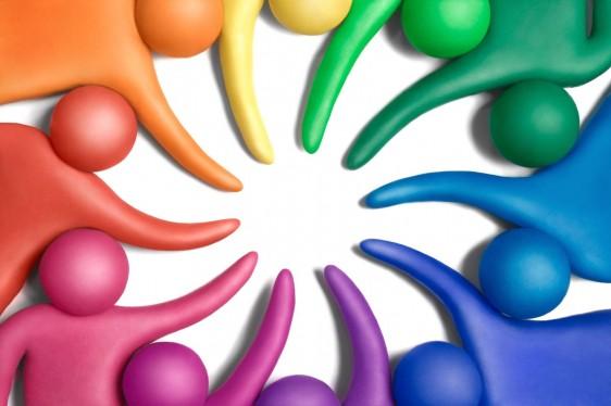Muñecos multicolores en circulo reuniendo mano en un punto central