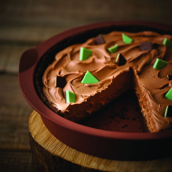 Pay de Chocolate y Menta en envase de plastico cafe sobre mesa de madera