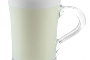 Tazza de cristal con atole de chai en fondo blanco