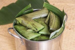 Una olla de aluminio con tamales de té verde en su interior