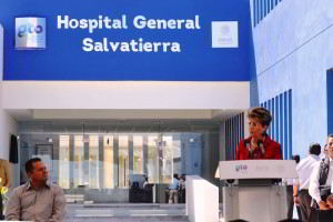 Entrada Hospital General de Salvatierra, Guanajuato cpn podium en donde se encuentra la Secretaria de Salud, Mercedes Juan