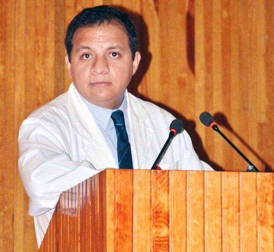 Acercamiento al José Antonio Pérez Fausto, médico del Servicio de Nefrología del Hospital Juárez de México en podium
