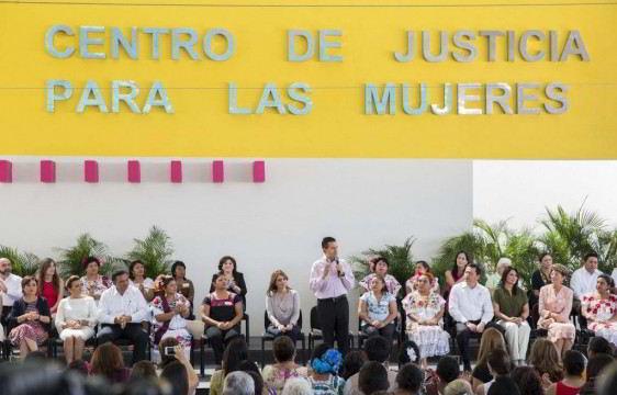 Presidente Enrique Peña de pie con un público femenino que lo escucha