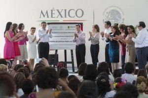 Presidente de la República con placa conmemorativa del Centro de Justicia para las Mujeres en el Estado de Yucatán y público que lo acompaña