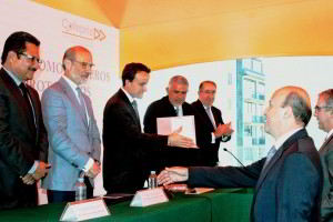 Comisionado Federal de la COFEPRIS, Mikel Arriola entregando certificados