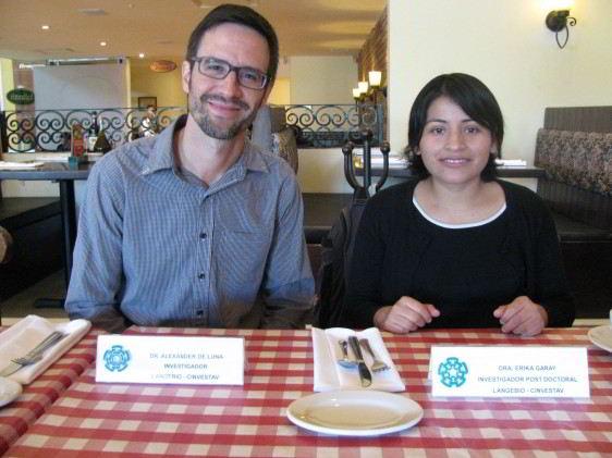 Alexander de Luna y Erika Garay sentados en una mesa