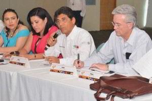 Dos mujeres y los Secretario Técnico de la Región Sur Sureste y Secretario de Salud de Campeche, Alfonso Cobos Toledo y el Secretario Técnico del Consejo Nacional de Salud, Alfonso Petersen Farah sentados