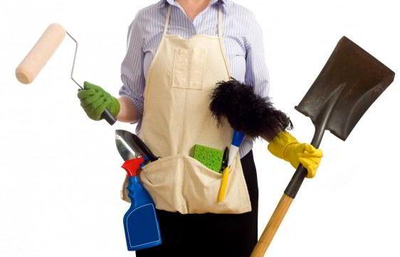 acercamiento a mujer con accesorios de limpieza pala plumero esponja