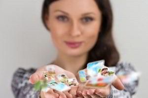 mujer sosteniendo iconos de redes sociales