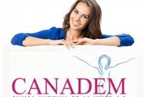 Mujer recargada en un letrero con el logotipo de CANADEM