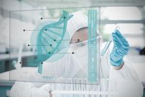 Mujer obsrvando pantalla con cadena de ADN