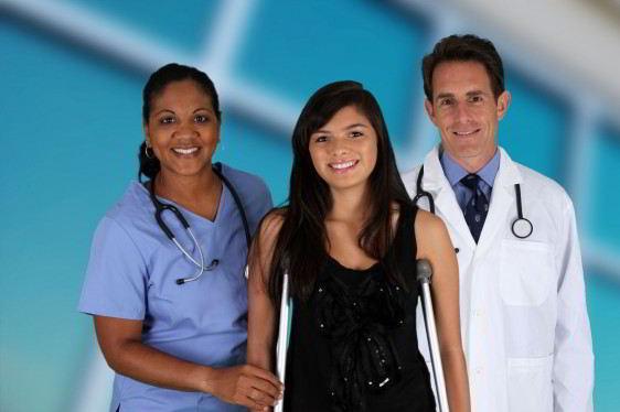 Doctor, enfermera y adolcente sonriendo al fondo ventans de un edificio