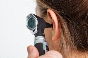 El tapón de cerumen se presenta cuando la cera (cerumen) se acumula en las orejas o se torna demasiado dura como para poder eliminarla naturalmente.