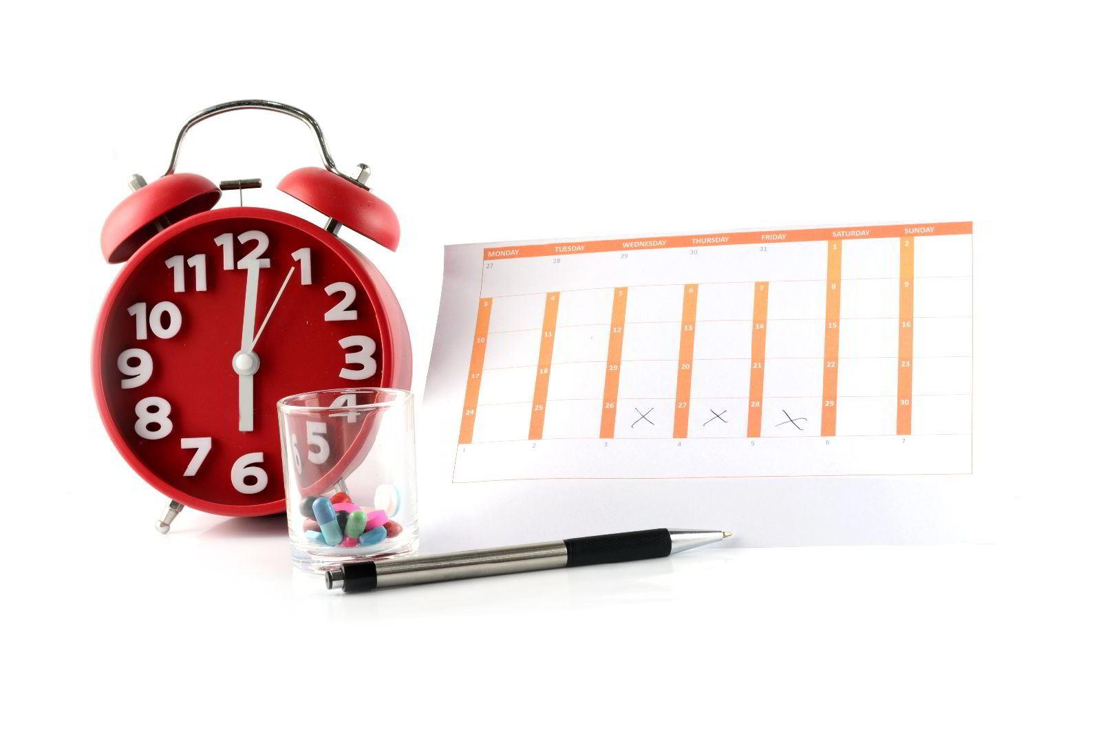 Reloj rojo con gráficas y pluma