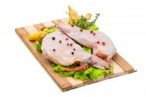 Carne de conejo con vegetales en tabla de madera