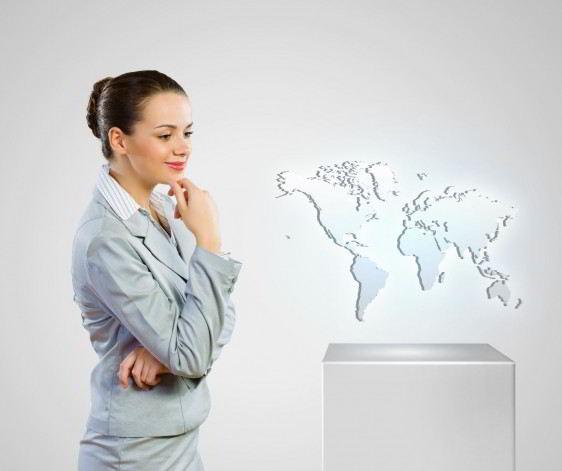 Mujer de pie observando un mapa del mundo
