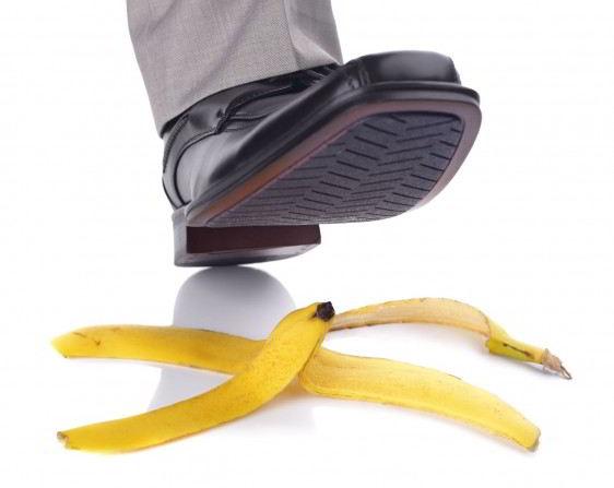 Pie de un hombre antes de pisar una cascára de plátano