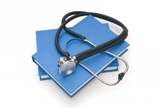 estetoscopio encima de un libro azul