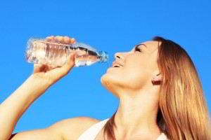 """Mantenerse hidratado y evitar la sobre exposición solar entre las 10:00 y las 16:00 horas. Los menores de 5 años de edad, los adultos mayores y personas con enfermedades crónicas, son grupos vulnerables al llamado """"golpe de calor""""."""