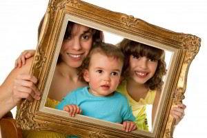 Mujer con un bebé y una niña acomodándose en un cuadro vacio