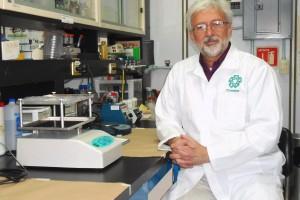 Marco Antonio Vega López sentado y volteando de lado en un laboratorio