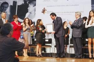 Osorio Chong, en un fofo entrega Premio Nacional 2013 a Marcelina Bautista