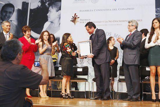 El Secretario de Gobernación, Miguel Osorio Chong, entrega el Premio Nacional 2013 a Marcelina Bautista